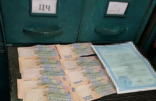 На Львівщині поліція затримала працівника ДМС під час одержання хабара