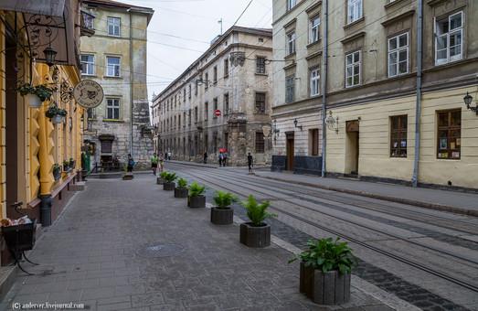 В історичному центрі Львова міняють пластикові вікна на дерев'яні