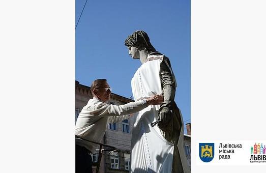 Львівські скульптури одягнуть у вишиванки