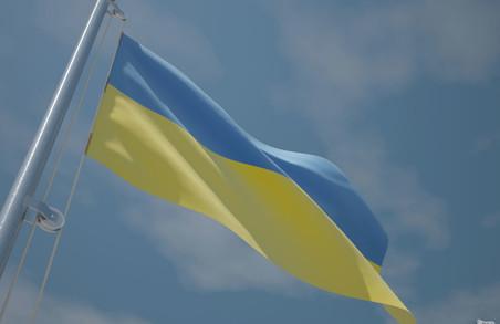 Чоловік підпалив державні прапори у місті Городок