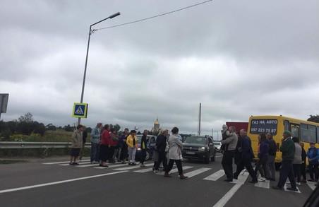 На трасі Львів – Краківець люди перекрили дорогу
