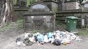 На львівських кладовищах утворилися стихійні сміттєзвалища
