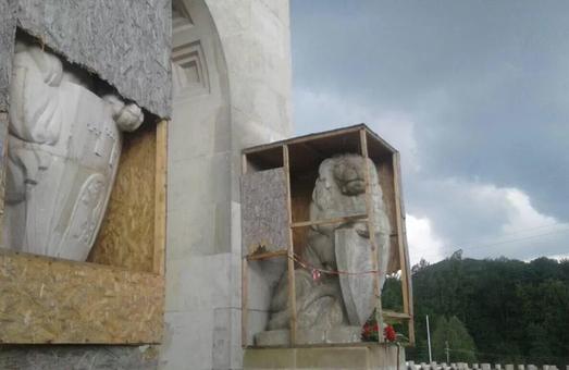 """""""Тобі, Польще!"""": у Львові обурені через скульптури, встановлені з подачі ЛМР"""