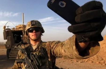 «Якщо не можете втриматись від фото, хоч вимикайте геолокацію», - українських військових закликали бути обережними з використанням телефонів