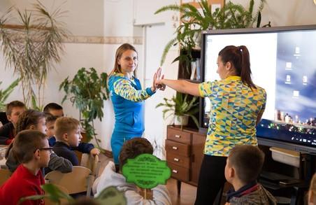 Новороздільська школа і з кумирами познайомилась, й інвентар виграли (ФОТО)