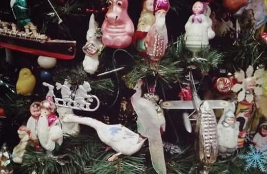 Найстаріший «партизанський» дід Мороз та Снігуронька 1937-го. У Львові відкрили виставку новорічної іграшки