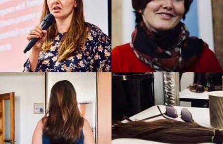 Двоє дівчат обстрижуть волосся, аби зробити перуки для онкохворих