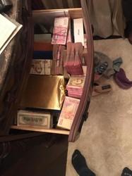 Двоє високих посадовців «Укргазвидобування» при затриманні на хабарі намагалися викинути гроші з вікна