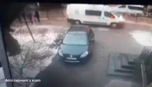 «Сама винна», - у Львові водій «швидкої» збив на тротуарі жінку з дворічною дитиною