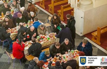 Львів'ян кличуть на святковий Різдвяний обід з безхатченками