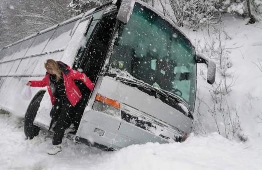 На Львівщині автобус з туристами злетів у кювет