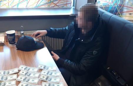 Традиційна корупція: у Львові затримала підприємця за спробу дати хабара копам
