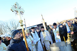 Воду в озері освятили священники різних конфесій