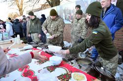 Військові кухарі нагодували всіх присутніх смачним кулішом