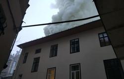 Через нерозчищені від снігу вулиці рятувальникам складно погасити пожежу у житловому будинку в центрі міста
