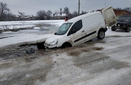 На Львівщині автомобіль потонув... у дорозі