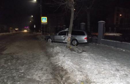 У Львівській області п'яний водій не розминувся з деревом
