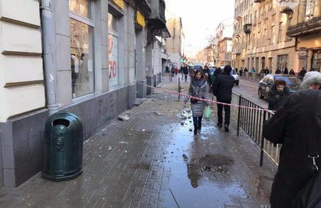 У центрі Львова штукатурка з будинку травмувала перехожого