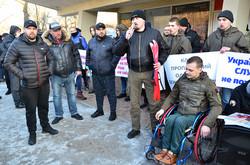 На пікет вийшли активісти правих організаціїй та ветерани АТО/ООС
