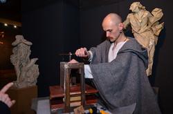 Чоловік реконструктор демонструє як друкували книги у давнину
