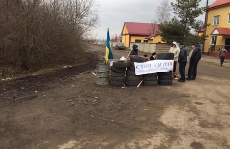 У Самборі люди штурмують мерію через львівське сміття