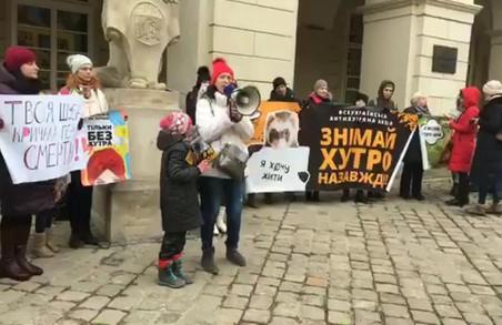 Під міською радою львів'яни протестують проти хутра