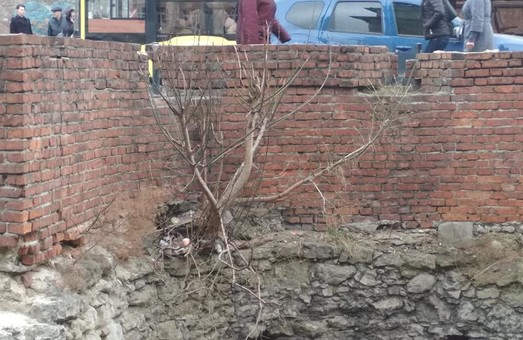 Львівський Низький мур руйнується