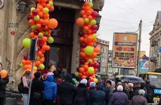 У Львові на місці історичної аптеки відкрили «Рукавичку»