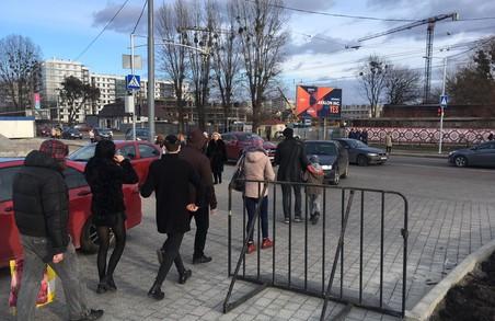 Львівський ТРЦ «Спартак» звинувачують у порушенні правил безпеки дорожнього руху на території