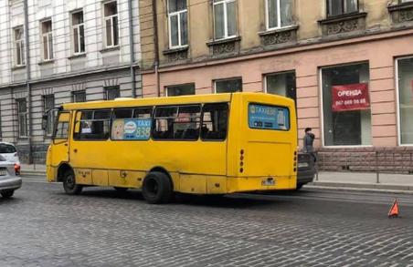 Парад смертельних маршруток: у Львові в маршрутки відвалилося колесо прямо по дорозі