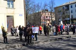 Учасники зустрічі з Юлією Тимошенко чекають на автобус
