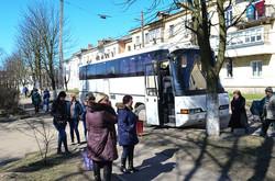 Автобуси, якими звозили учасників зустрічі з Юлією Тимошенко