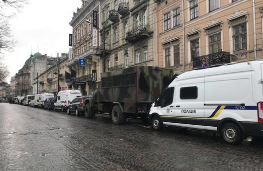 Тітушки, бабусі та орди поліції: як Порошенко до Львова приїжджав