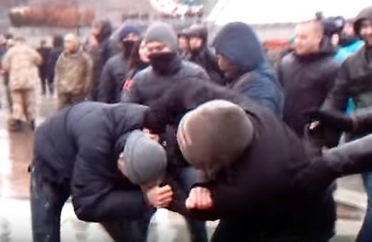 Напружені дебати: у Львові двоє п'яниць тричі побилися прямо на дільниці
