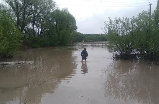 Град і підтоплені будинки: Великодня негода прокотилася Західною Україною (ВІДЕО)