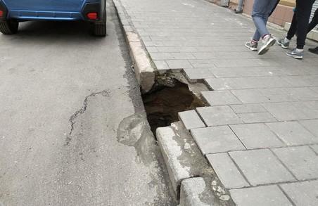 ЛМР виділяє гроші на ремонт підпірних стінок на Сихові, поки в центрі провалюються вулиці