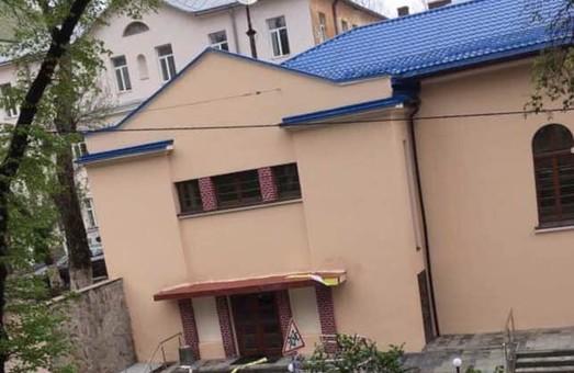 Біля російської церкви на Короленка понищили Будинок воїна та знищили напис «Слава Україні!»