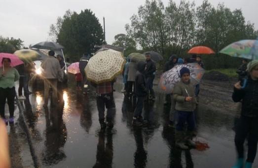 На Львівщині люди перекрили дорогу