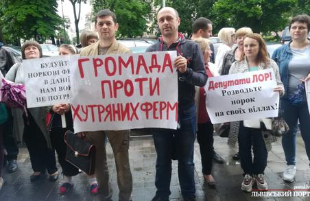 Хутряна війна: у Львові протестувальники погрожують акціями народного гніву через хутряну ферму