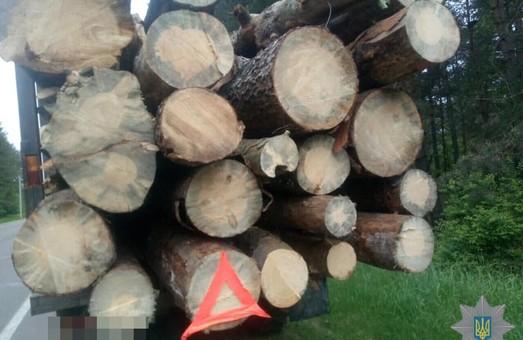 На Львівщині знову намагалися вивезти незаконно зрубаний ліс