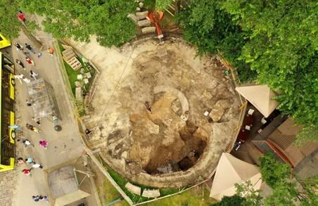 Приналежність фундаментів, розкопаних на місці фонтану «Кульбаба», до храму Чесного Хреста підтвердилася