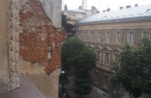 У Львові стіна будинку може впасти прямо на зупинку автобусів