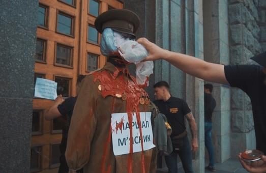 Національний Корпус проти реваншу у Харкові: активісти принесли до ХМР опудало Жукова