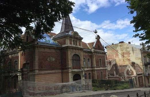 У Львові розбирають неоготичну віллу, яку Садовий віддав під готель