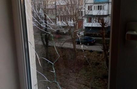 На Львівщині колектори обстріляли вікна та вибивали двері сокирою