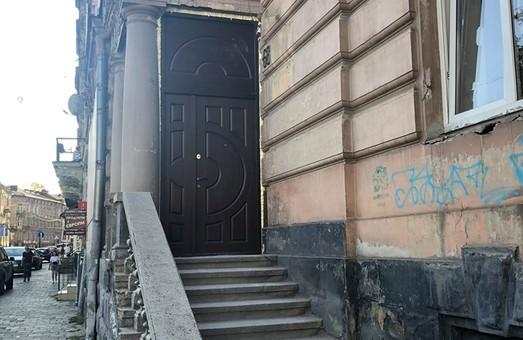 У історичній віллі в центрі Львова знищии автентичні вікна та двері