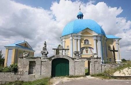 На Львівщині вандали обмалювали старовинну каплицю