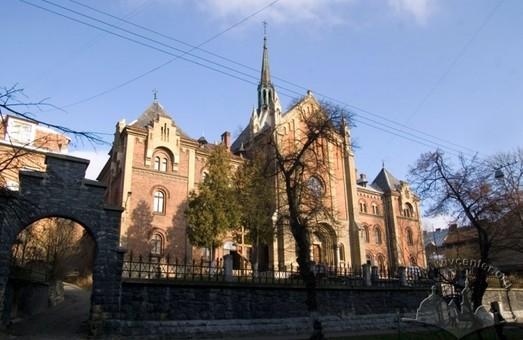 У Львові відремонтують дах унікального неоготичного собору