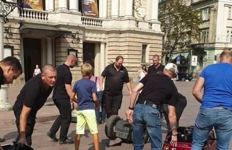 Війна за 100 гривень: власник машинок біля Оперного напав на муніципала
