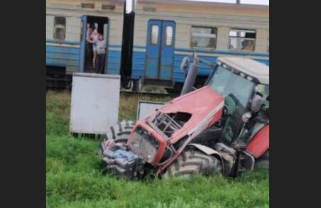 На Львівщині трактор врізався в потяг
